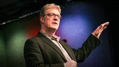 """Photo of Sir Ken Robinson; """"Okullar yaratıcılığı öldürüyor."""""""